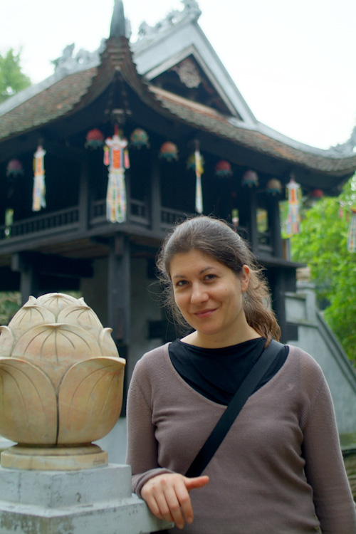 Aude in front of the One Pillar Pagoda, Hanoi